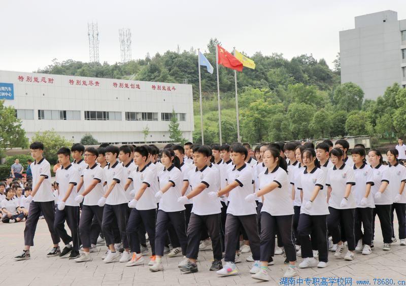 长沙汽车工业学校:举行高一年级6月份军训月会操